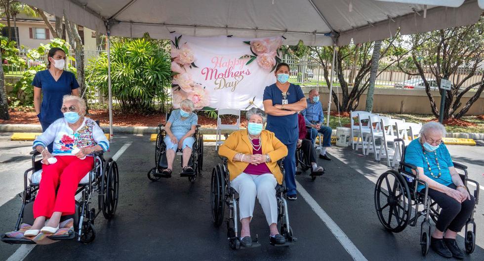 Los residentes de los hogares de ancianos y los trabajadores de atención médica esperan el comienzo del día de la madre para honrar a las madres que viven en The Palace Royale y el hogar de ancianos Renaissance en Kendall, Florida. (EFE/CRISTOBAL HERRERA).