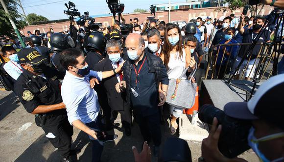 Hernando de Soto acudió a votar acompañado de su pareja, en Surco. (Foto: Fernando Sangama/@photo.gec)