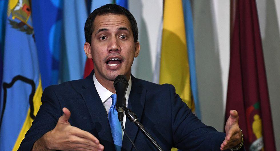 El líder de la oposición venezolana y autoproclamado presidente en funciones, Juan Guaidó, pronuncia un discurso luego de ser reelegido presidente del parlamento de Venezuela durante una sesión con legisladores aliados en las oficinas del periódico El Nacional en Caracas. (Foto: AFP)