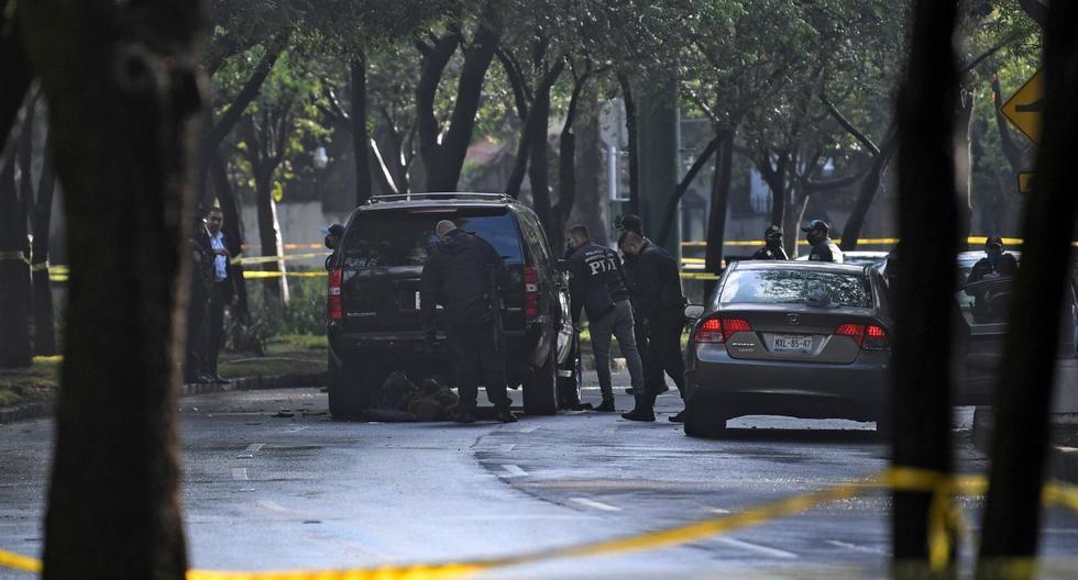 Imagen referencial. La policía inspecciona un automóvil después de que el jefe de Seguridad de la Ciudad de México, Omar García Harfuch, fuera herido. (AFP / PEDRO PARDO).