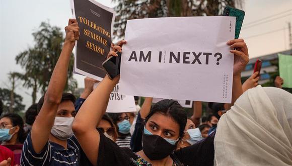 Esta medida se anunció mientras Bangladesh continúa saliendo a las calles para protestar por la poca efectividad de las medidas para combatir el acoso sexual y la violación. (Foto: EFE/EPA/Monirul Alma)
