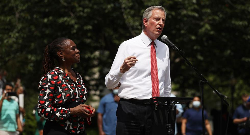 El alcalde de Nueva York, Bill de Blasio, habla con un estimado de 10,000 personas mientras se reúnen en Brooklyns Cadman Plaza Park para un servicio conmemorativo para George Floyd. (AFP/Spencer Platt).
