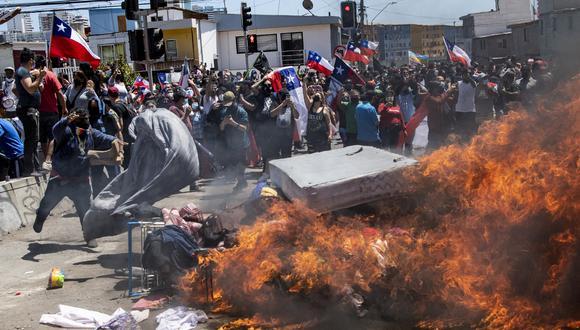 La manifestación, en la que se escucharon gritos xenófobos y se vieron muchas banderas chilenas, ocurrió luego de que la Policía desalojara una plaza donde acampaban familias con niños también en Iquique. (Foto: MARTIN BERNETTI / AFP)