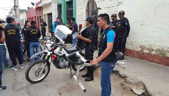Callao: 1,500 policías incautaron 3,802 ketes de PBC en los Barracones. (PNP)