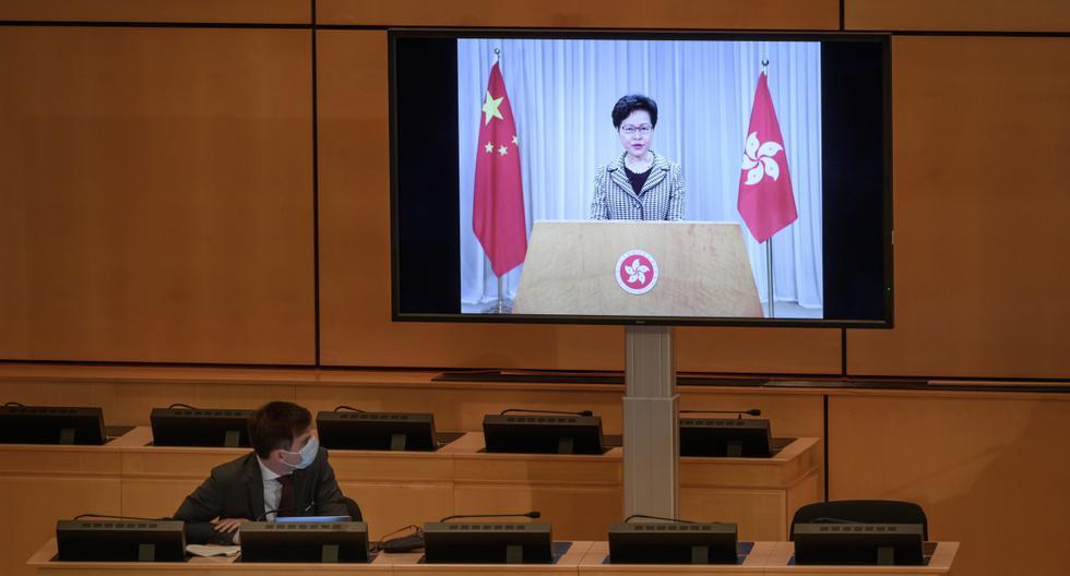 La líder de Hong Kong, Carrie Lam, es vista en una pantalla gigante en la ONU en Ginebra. (Fabrice COFFRINI / AFP).