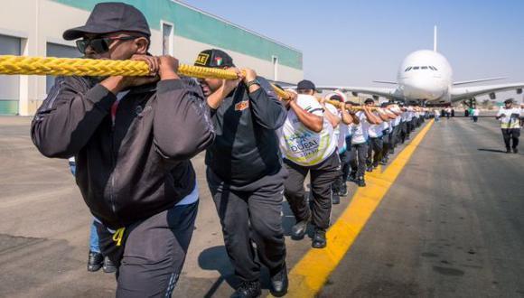 Ellos jalaron por más de 100 metros un avión Airbus 380. (Facebook/Dubai Police)