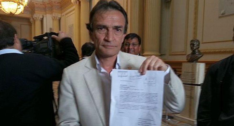 Héctor Becerril muestra la carta notarial que le envió Villafuerte. (El Comercio)