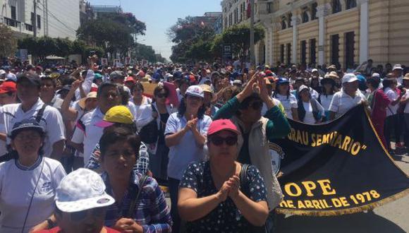 Masiva movilización de maestros en Chiclayo. (NADIA QUINTEROS)