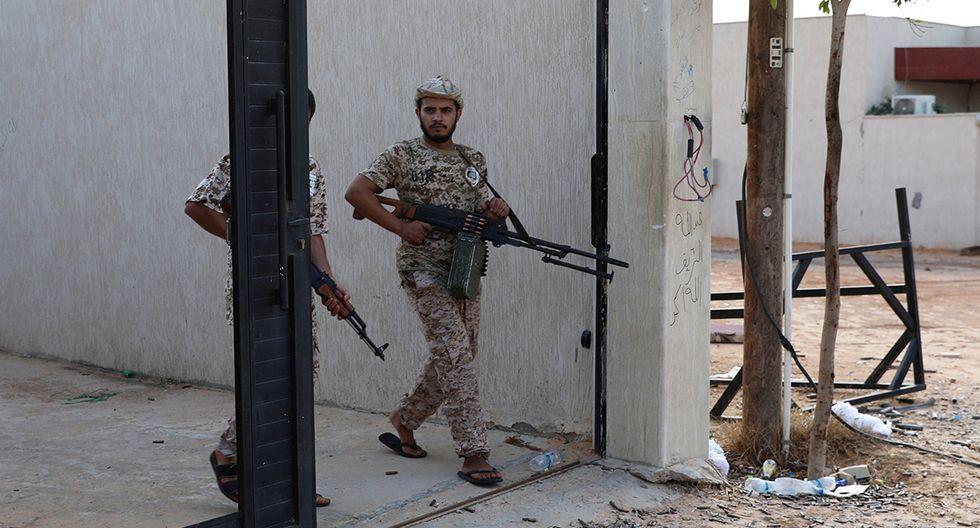 Miembros de las fuerzas gubernamentales internacionalmente reconocidas de Libia llevan armas en Ain Zara, Trípoli. Imagen de octubre de 2019. (Foto: Reuters/Archivo)