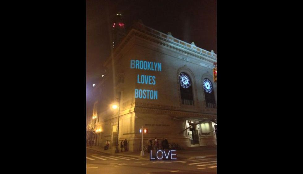 La Academia de Música de Brooklyn proyectó este mensaje. (Foto: Imgur.com)