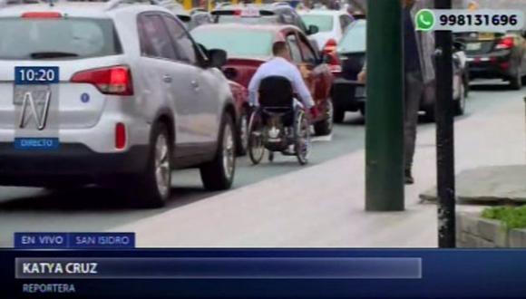 Discapacitados exponen su integridad al intentar cruzar por esta importante avenida de San Isidro. (Foto: Captura de video / Canal N)