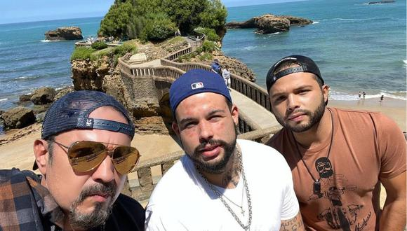 Emiliano Aguilar (al medio) borró tatuajes en su rostro. (Foto: Instagram/ Pepe Aguilar)