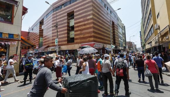 Cientos de limeños realizan sus compras navideñas en el Mercado Central y Mesa redonda. Las calles están abarrotadas de gente. (Anthony Niño de Guzmán)
