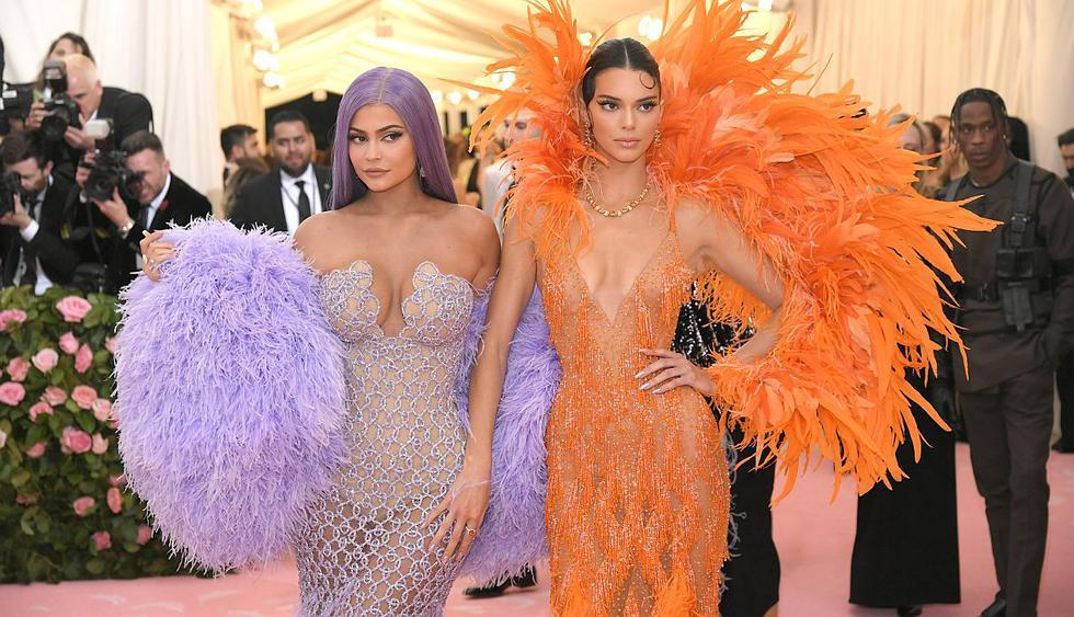 Kylie Jenner enternece las redes con fotografía de su infancia junto a su hermana Kendall. (Foto: AFP)