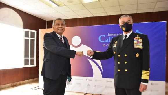 El almirante Fernando Cerdán Ruiz recibe el saludo del presidente de la SNI, Ricardo Márquez Flores.