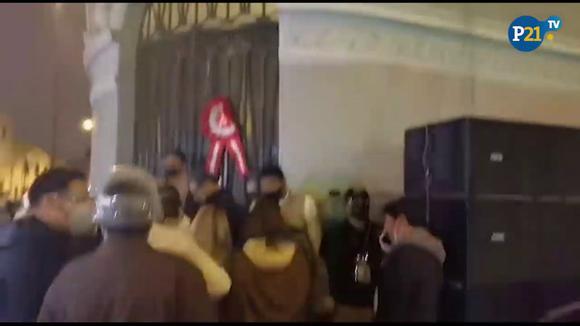 """Simpatizantes de Pedro Castillo gritan """"¡Fraude!"""" en los exteriores del local de Perú Libre"""