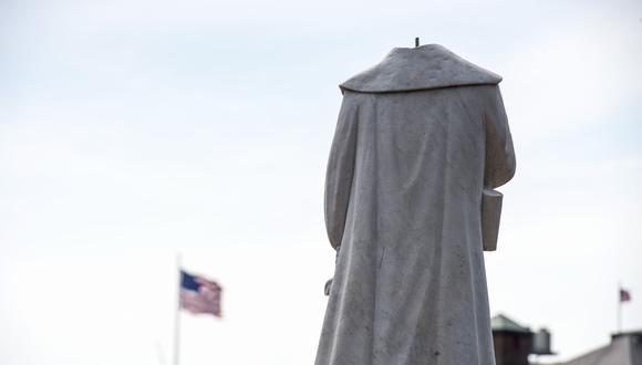 Una estatua decapitada de Cristóbal Colón en el parque del mismo nombre en Boston, Massachusetts. (Foto por Joseph Prezioso / AFP).