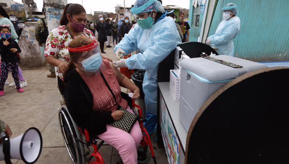 La ministra de Salud, Pilar Mazzetti, pidió calma a la ciudadanía que se encuentra haciendo largas colas en diversas postas a nivel nacional. Foto: Fernando Sangama / @photo.gec
