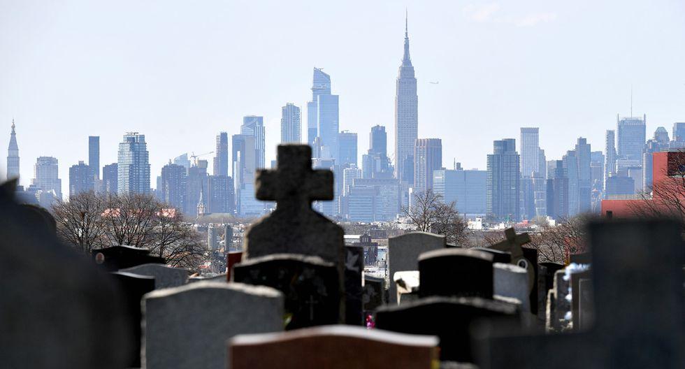 Nueva York se vio obligado a contratar más trabajadores para las labores de entierro ante la cantidad de fallecidos por coronavirus. (Foto: AFP/Angela Weiss)