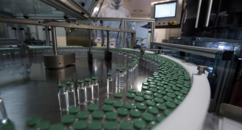 Un empleado opera una máquina llenadora de vacuna COVID-19 en el Serum Institute of India, Pune, India, el jueves 21 de enero de 2021. (AP/Rafiq Maqbool).
