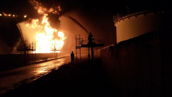 Cohete causa incendio en un depósito de combustible en Libia. (AFP)