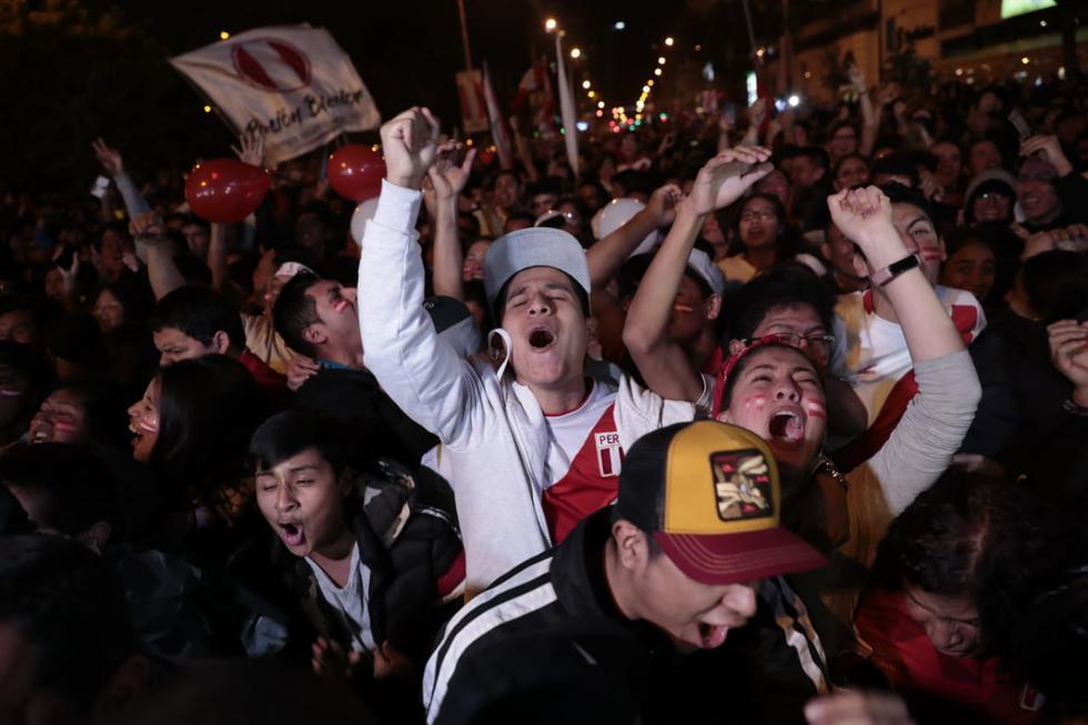 Entre gritos, aplausos y llantos, los hinchas celebraron en diferentes puntos de Lima el triunfo de la selección peruana contra su similar de Chile. (Foto: GEC/Hugo Pérez)