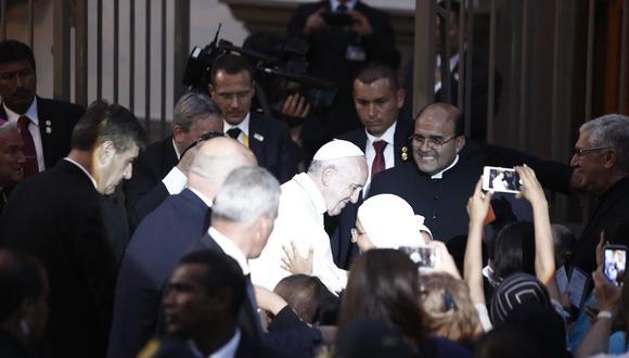 Papa Francisco bendijo a algunos enfermos que lo esperaban en la puerta de la Nunciatura. (César Campos/Perú21)