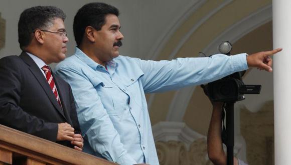 Elías Jaua junto a Nicolás Maduro en Caracas. (AP)