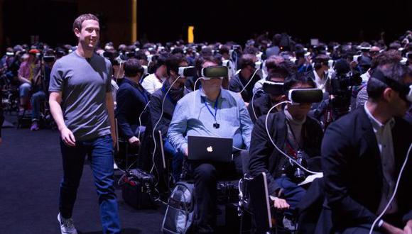 Esta foto de Mark Zuckerberg se volvió viral por parecer tomada de una película de ciencia ficción. (Facebook)