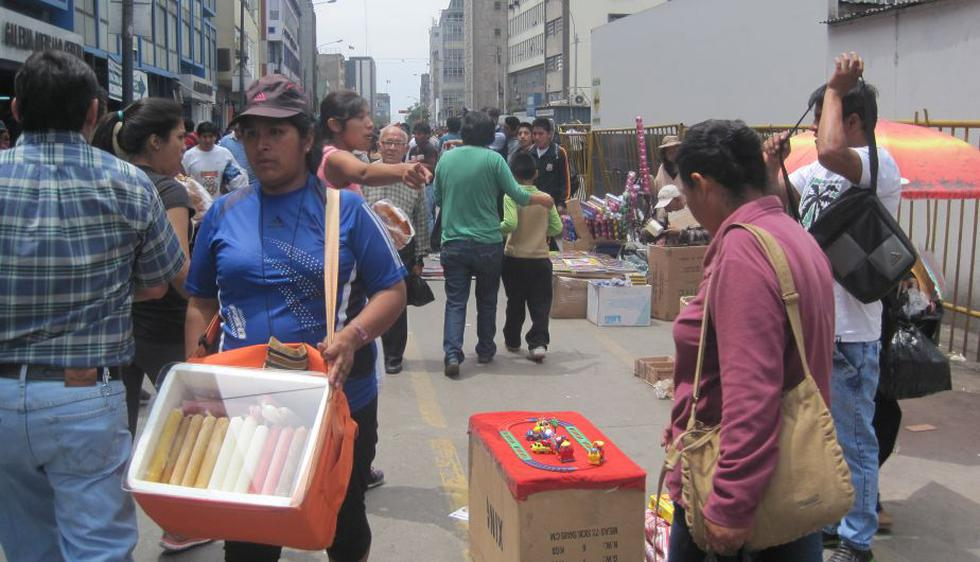 Cientos de ambulantes congestionan accesos a Mesa Redonda, pese a la vigilancia de las autoridades. (César Takeuchi/Perú21)