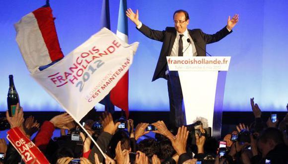 CELEBRACIÓN. Hollande es recibido por miles de simpatizantes que festejaron la victoria de su líder. (Reuters)