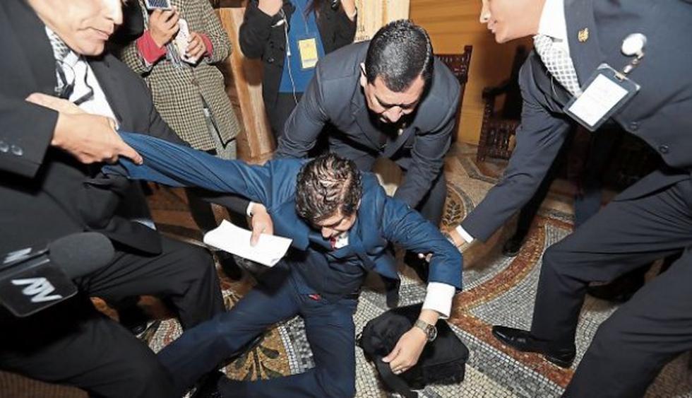 ¡Un show! Iván Noguera sufre caída y llora en su presentación ante el Congreso. (Rolly Reyna / El Comercio)