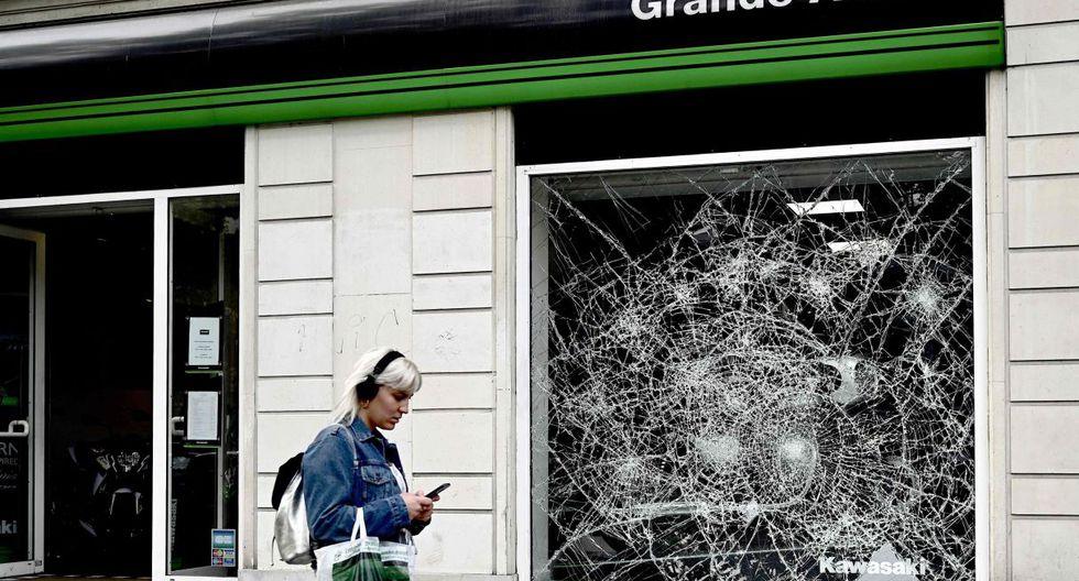 """Hacia el fin de la noche, se registraron escenas de violencia en la avenida de los Campos Elíseos, calificadas de """"degradaciones e incidentes inaceptables"""" por el ministro francés del Interior. (Foto: AFP)"""