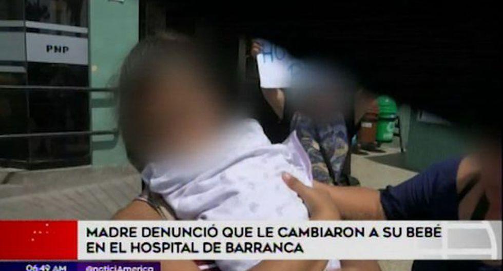 Madre denunció que le cambiaron a su bebe en hospital (Captura: América Noticias)