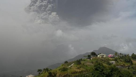 El volcán Soufriere, localizado en la isla de San Vicente, registró una segunda gran erupción que provocó una columna de humo y cenizas de cerca de 4 kilómetros de altura visible en buena parte de esa zona del Caribe. (Foto: EFE)