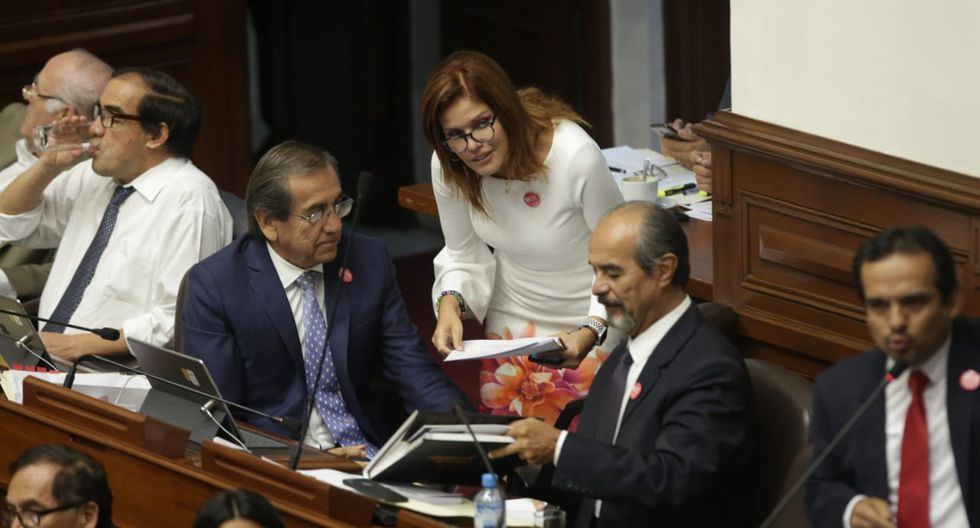Congresistas del partido Aprista intercambio ideas con la vicepresidenta y legisladora oficialista Mercedes Araoz. (Foto: Anthony Niño De Guzmán / GEC)