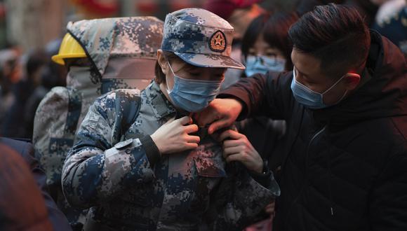 Una médico militar china se prepara para ir a Wuhan, cuna del coronavirus. (Foto: AP)