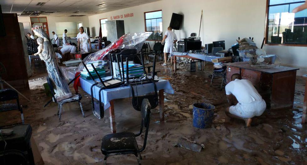 Tacna: Policías ayudan a limpiar las casas de familias afectadas por los huaicos. (GEC)