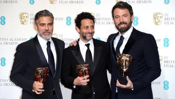 Affleck junto a George Clooney y Grant Heslvov, productores de 'Argo'. (AP)
