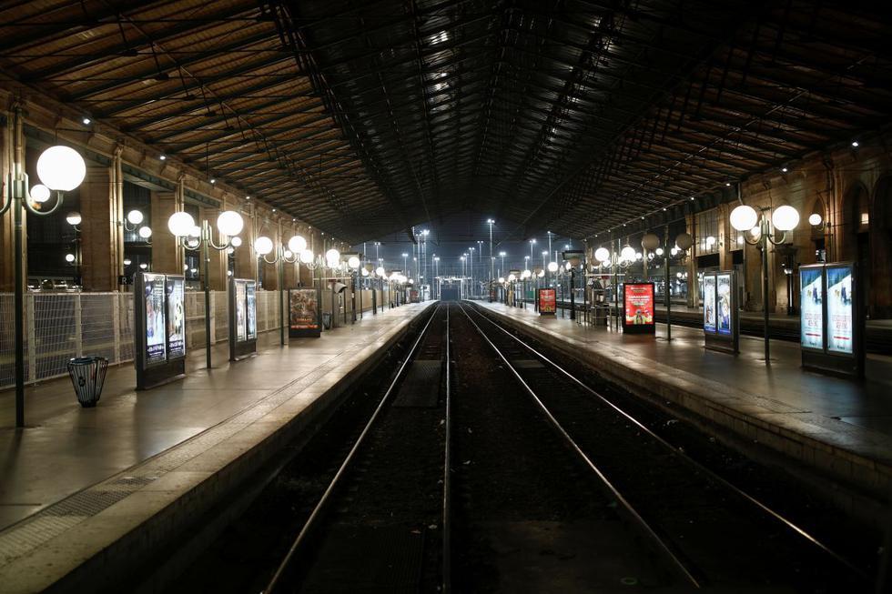 En la imagen se observan vías vacías en la plataforma de salida de la estación de trenes Gare du Nord durante una huelga de trabajadores ferroviarios franceses de SNCF como parte de un día de huelga nacional y protestas contra los planes de reforma de pensiones del gobierno francés, en París. (Reuters)
