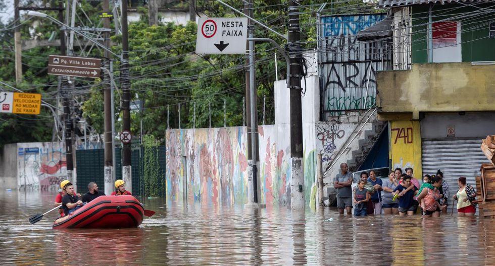 Bomberos realizan trabajos de rescate en una zona inundada tras las intensas lluvias en Sao Paulo (Brasil). (EFE).