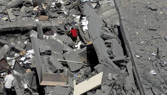 Un poblador de la Franja de Gaza busca sus pertenencias entre escombros. (EFE)
