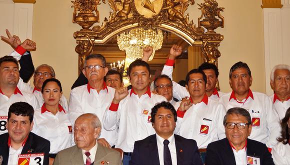 Guillermo Bermejo (de pie al centro) junto a Vladimir Cerrón (sentado al medio), líder de Perú Libre. (Facebook: Guillermo Bermejo)