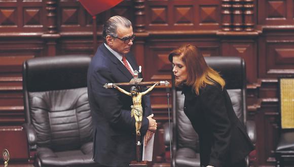 Mercedes Aráoz juró al cargo de presidenta encargada momentos después de que Martín Vizcarra disolviera el Congreso. (GEC)