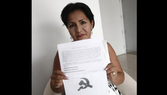 De la Cruz muestra un volante senderista que le dejaron en su casa tras enfrentarse a Obregón. (César Fajardo)