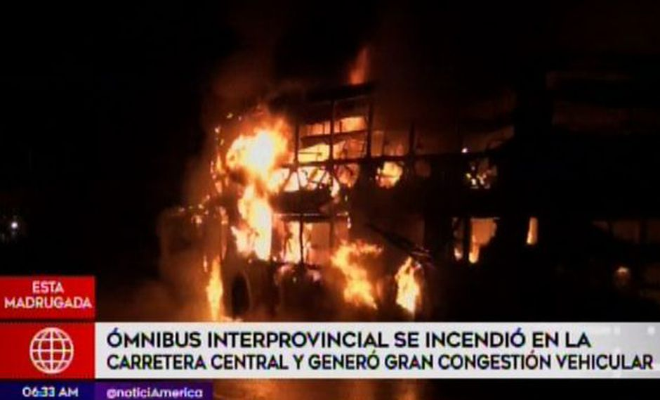 Ómnibus interprovincial se incendió en la carretera central y generó gran congrestión. (Foto: Captura América Noticias)