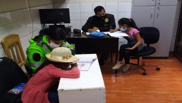 Cajamarca: Agentes de la comisaría de San José que vieron a las dos hermanitas haciendo sus tareas en la vía pública sobre cajas de cartón las llevaron a su sede policial para ayudarlas.