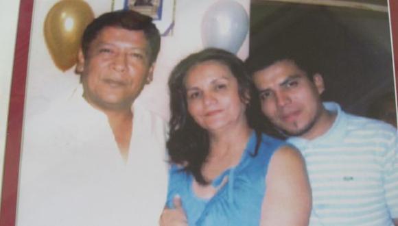 RECUERDO. Esta es la última fotografía que se tomó Gerson Falla (derecha) con sus padres. (Difusión)