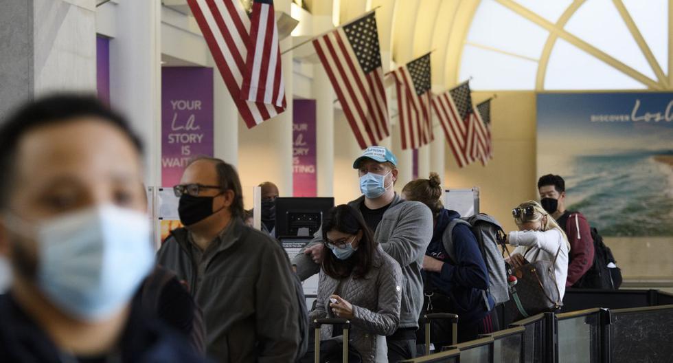 En esta foto referencial, los asistentes esperan en la fila para ingresar a un punto de control de la Administración de Seguridad del Transporte en el Aeropuerto Internacional de Los Ángeles. (Patrick T. Fallon / AFP).