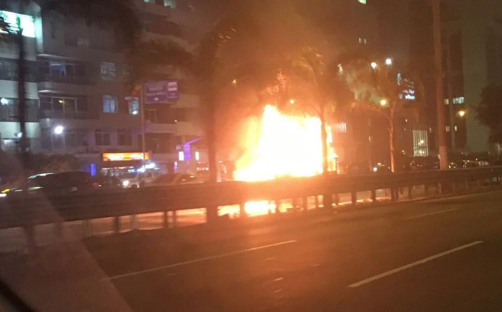 Camioneta se incendia en Javier Prado. (@Danfer1976)